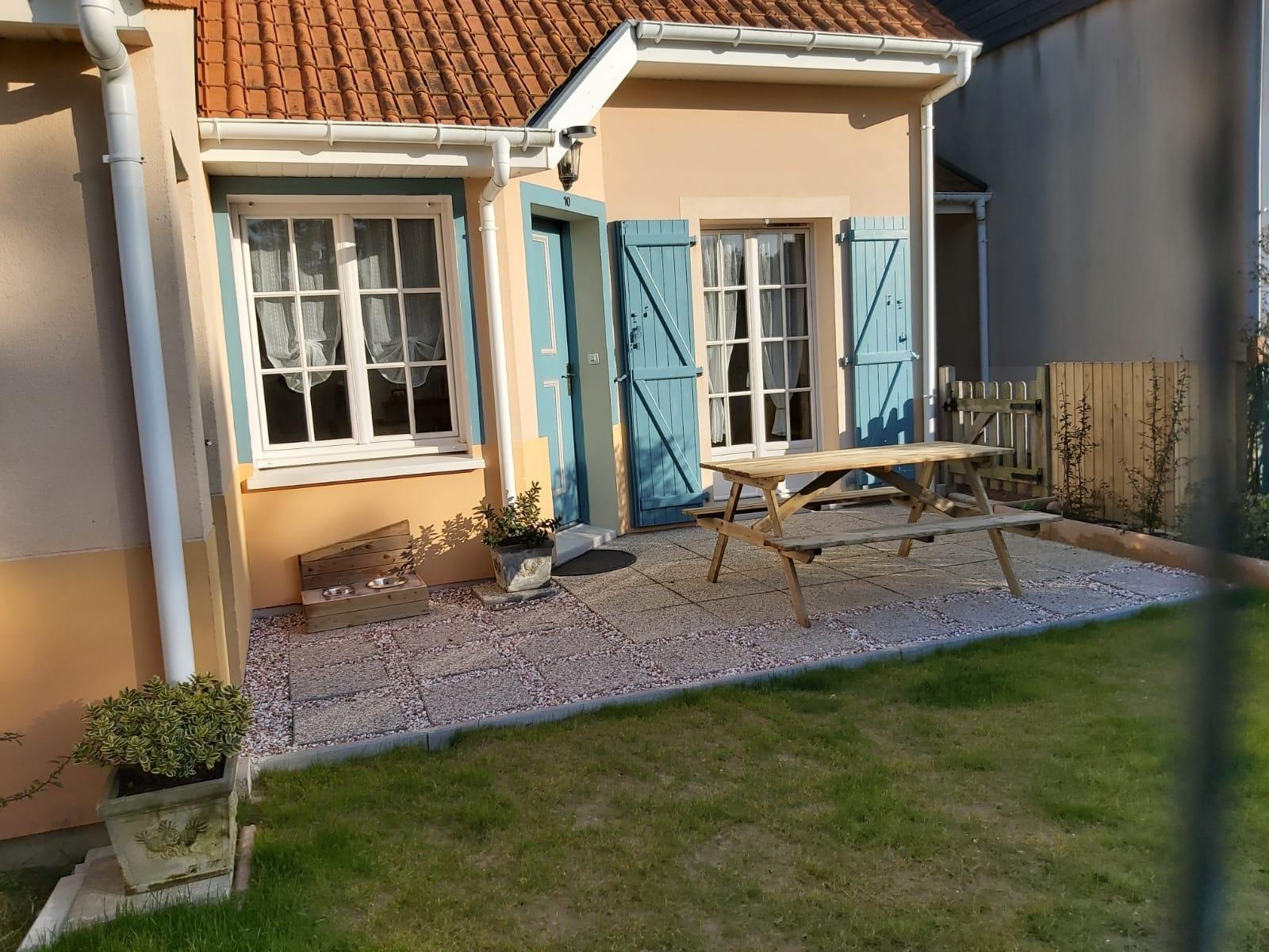 La terrasse ( barbecue et parasol prêts à l'emploi dans l'abri !)